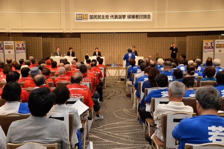 青いシャツの津村陣営と赤いシャツの玉木陣営が会場を埋める