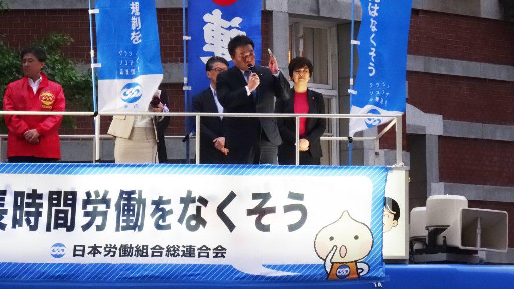 連合街頭演説会で演説する岡本充功則衆院議員