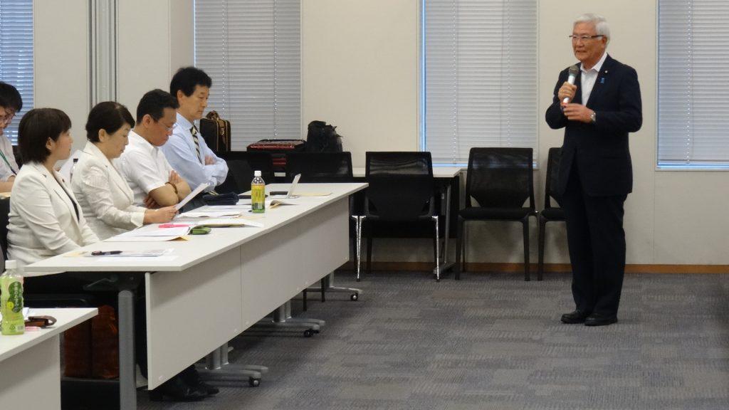 森林労連と厚生労働省の意見交換会で激励のあいさつをする小林正夫副代表