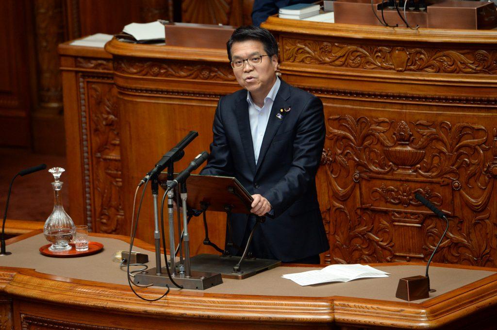 2016年度決算反対討論を行う浜口誠参院議員
