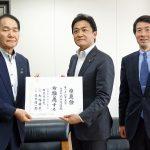 香川県知事選挙で3期目を目指す浜田恵造現知事に推薦状を手渡す玉木共同代表ら